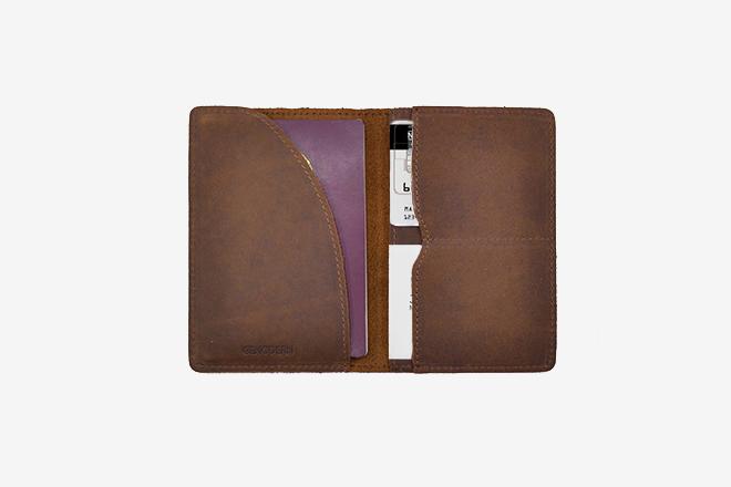 Guide Cadeaux Voyageur - Porte passeport en cuir